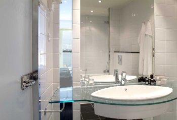 Copenhagen Island Hotel bathroom